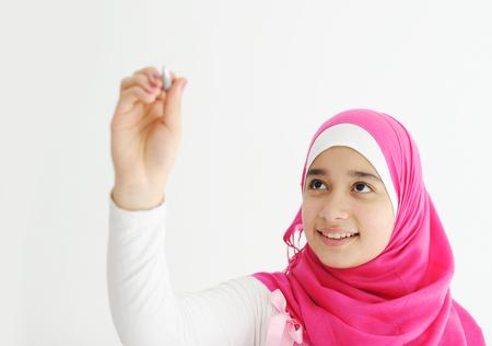 petite fille musulmane: Moyen-orientale fille arabe portant le foulard hijab rose sur blanc Banque d'images