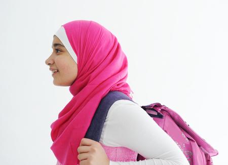 fille arabe: Moyen-orientale fille arabe portant le foulard hijab rose sur blanc Banque d'images
