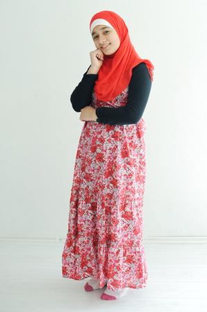 petite fille musulmane: Oriental fille arabe portant le foulard hijab rose sur fond blanc