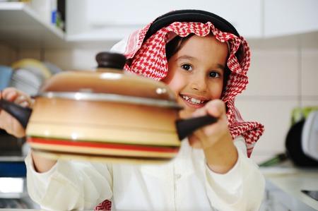 comida arabe: El niño pequeño chico es cocinar Foto de archivo