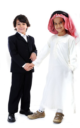 niños de diferentes razas: Pequeños empresarios árabes y caucásicos apretón de manos