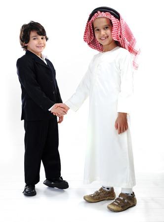 niños de diferentes razas: Diferentes razas y cultura étnica juntos