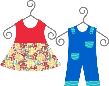 ropa de beb�: ropa de beb� colgando sobre la plaqueta de ropa, vestido y traje