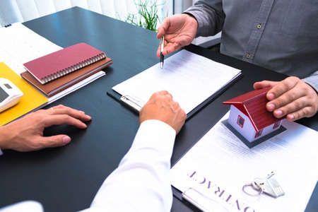 Propose a contract to sign house and real estate purchase contracts, calculate house purchase rates, hand over house keys and recommend houses. 스톡 콘텐츠
