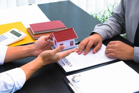 Propose a contract to sign house and real estate purchase contracts, calculate house purchase rates, hand over house keys and recommend houses.
