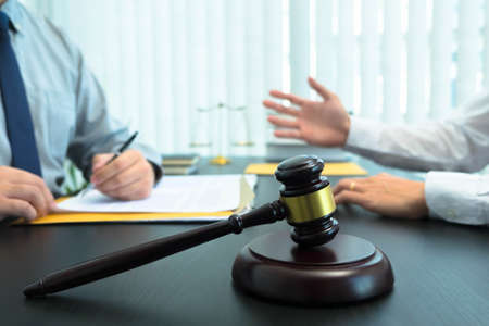 Consult with lawyers about company registration, trademark registration, criminal cases, land lawsuits, inheritance lawsuits, wills, labor. Reklamní fotografie