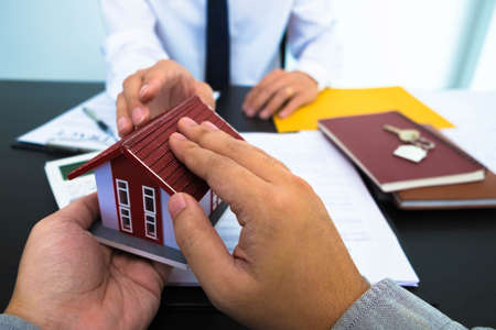 Offering real estate sales contracts, home sales, home purchase rate calculations and home recommendations.