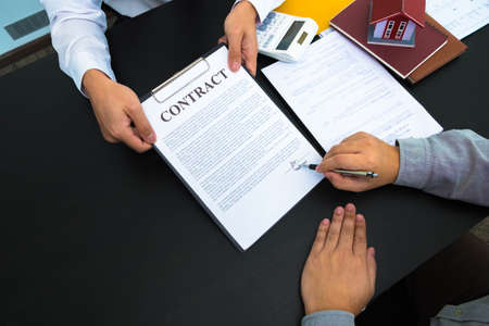Offering real estate sales contracts, home sales, home purchase rate calculations and home recommendations. 스톡 콘텐츠