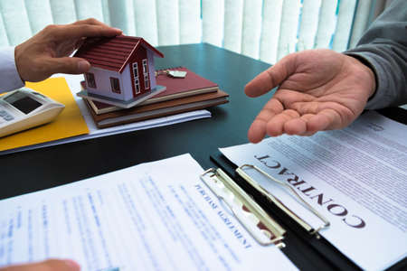 Presentation of the contract, signing the contract of sale of houses and real estate, calculating house buying and selling rates.
