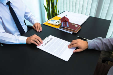 Presentation of the contract, signing the contract of sale of houses and real estate, calculating house buying and selling rates. 스톡 콘텐츠