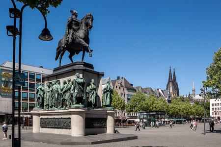 Auf dem Kölner Heumarktplatz steht die Reiterstatue des preußischen Königs Friedrich Wilhelm III