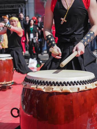 Musici spelen drums buiten. Cultuur van Korea, Japan, China Stockfoto