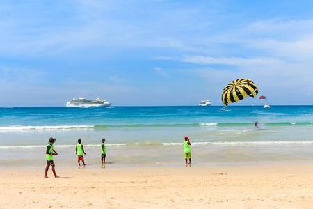 Junge Menschen zu Fuß am Strand, Wassersport zu tun. Standard-Bild