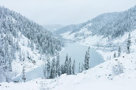 lejano oriente: Amut Lago hermoso en las colinas de la taiga en Extremo Oriente de Rusia a principios de octubre. lago de montaña en invierno. Hermosa naturaleza. Tiempo nevoso.