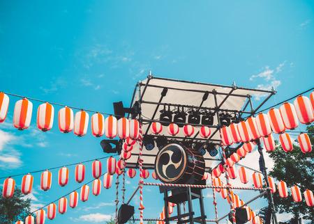 和太鼓の太鼓、Yaguro のステージ上。お盆の休日のため紙の赤白提灯提灯風景。 写真素材