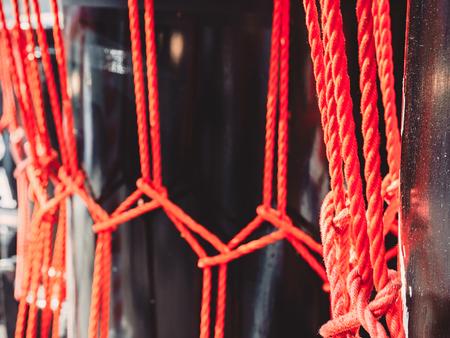 O ケド太鼓ドラムの赤いロープからノットを背景を閉じます。アジアの楽器。