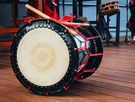 Taiko drumt o-kedo op scèneachtergrond. Cultuur van Azië Korea, Japan, China. Stockfoto