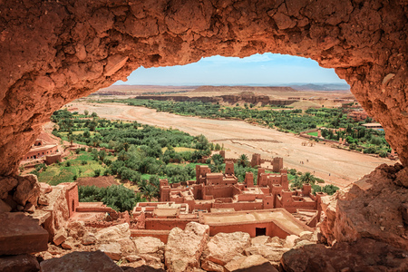 Popular point of view of the valley of the desolating river Onila through a hole in a wall of Ancient Kasbah in Ait-Ben-Haddou, Morocoo. Famous ancient berber kasbah. near Ouarzazate city in Morocco. Ksar Ait Benhaddou is a fort fortified city 版權商用圖片