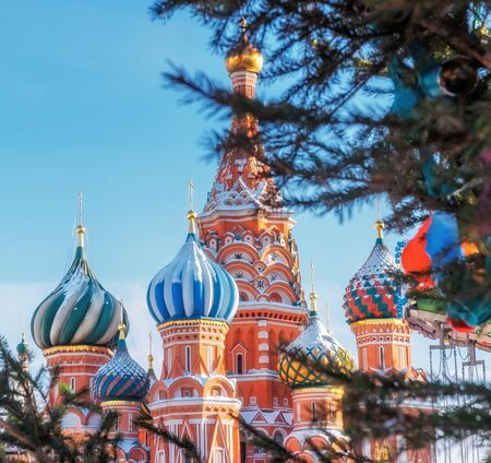 St. Basils Cathedral in Moscow Kremlin on Red Square. Decorated Red Square in Chrismastide and New Year time. 스톡 콘텐츠