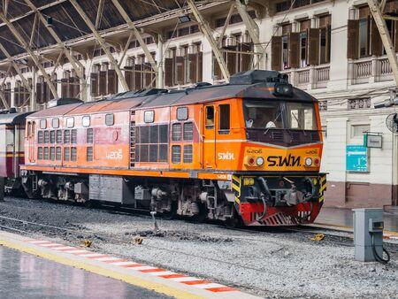 Bangkok, Thailandia - 25 maggio 2019: Vecchia stazione ferroviaria di Bangkok non ufficialmente conosciuta come stazione di Hua Lamphong. La principale stazione ferroviaria di Bangkok, Thailandia, il centro della città nel distretto di Pathum Wan. Thailandesi e turisti stanno aspettando il treno. È T
