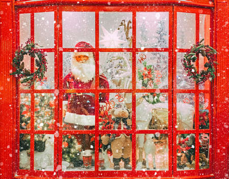 Christmas shop window with Santa Claus and christmas trees covered with snow Banque d'images