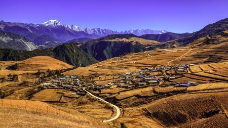 tribu: Vista del paisaje de aldea de la tribu de Yunnan Yi Qiao
