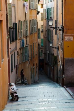 backstreet: NIZA, FRANCIA - 24 DE MAYO: Old backstreet ciudad el 24 de mayo de 2012 en Niza. La ciudad vieja es el centro hist�rico de Niza, con las t�picas calles estrechas, iglesias barrocas, museos y restaurantes. Editorial