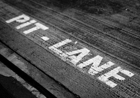 Pitlane markering voor garages bij Masaryk circuit in Brno, Tsjechië