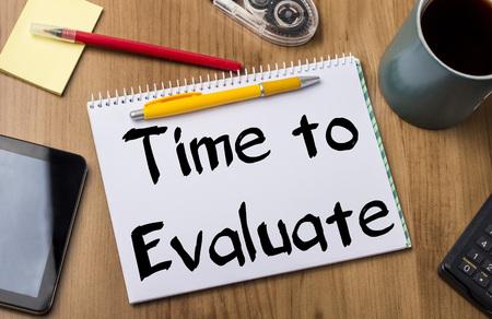 cuadro sinoptico: Tiempo para evaluar - Cuaderno de apuntes con del texto la mesa de madera - con herramientas de oficina
