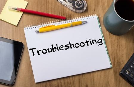 solucion de problemas: Soluci�n de problemas - Cuaderno de apuntes con del texto la mesa de madera - con herramientas de oficina