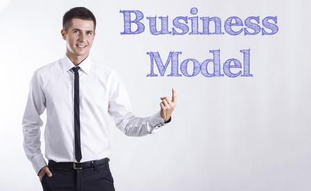 ビジネス モデル - 本文 - 水平方向の画像を指して笑顔きしゃ