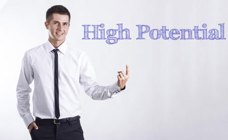 高い潜在的な - ヤング本文を指してビジネスマンの笑みを浮かべて - 水平画像