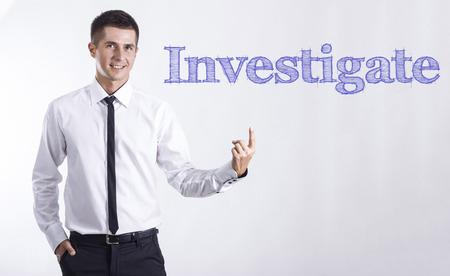 -ヤング本文を指してビジネスマンの笑みを浮かべて - 水平方向のイメージを調査します。 写真素材