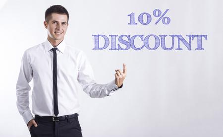 10% 割引 - 本文 - 水平方向の画像を指してビジネスマンを笑顔若い 写真素材 - 74465620