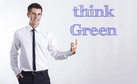 緑だと思う!-テキストの水平方向の画像を指している青年の笑みを浮かべて実業家 写真素材 - 74465621