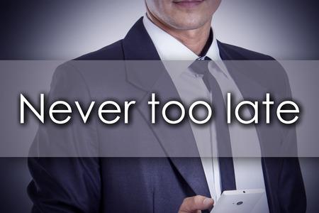 Nooit te laat - Jonge zakenman met tekst - bedrijfsconcept - horizontaal beeld Stockfoto