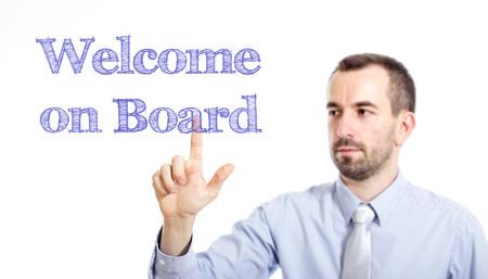 テキストの水平方向の画像に触れる小さいひげとボード上の若いビジネスマン歓迎します。