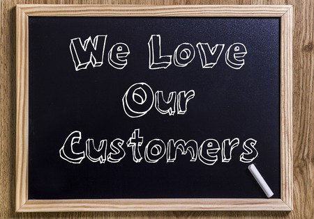 我々 はお客様を愛する - 新しい黒板 3 D の中抜き - 木材に