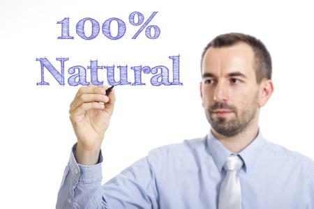 100 % 자연 - 젊은 사업가 투명 한 표면 - 가로 이미지에 파란색 텍스트 쓰기