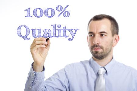 100 % 품질 - 투명 한 표면 - 가로 이미지에 파란색 텍스트를 작성하는 젊은 사업가 스톡 콘텐츠