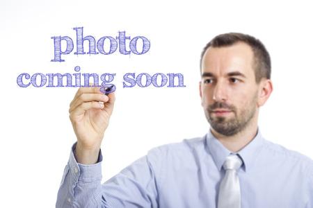 写真近日公開予定 - 青年実業家の透明な表面に青色のテキストを書き込み - 横長画像