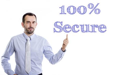 100 % 보안 - 파란색 셔츠 - 가로 이미지를 가리키는 작은 수염을 가진 젊은 사업가