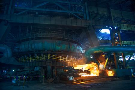 Een hoogoven in een staalfabriek Redactioneel