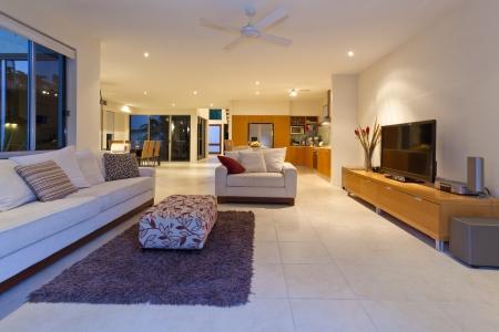 int�rieur de maison: Salon �l�gant avec canap� et TV dans une maison moderne