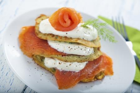 savoury: Острые, соленые кабачки блинчики с копченым лососем и йогуртом долива Фото со стока