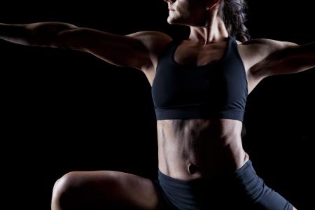 Bodybuilderin arbeiten auf schwarz isoliert