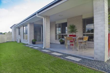 Moderne Hinterhof mit unterhaltsamen Bereich in stilvollem Australian Hause Standard-Bild