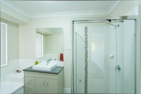 bathroom faucet: Nuevo cuarto de ba�o moderno en casa de pueblo australiano