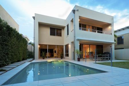 Luxueus modern huis met zwembad en achtertuin Stockfoto