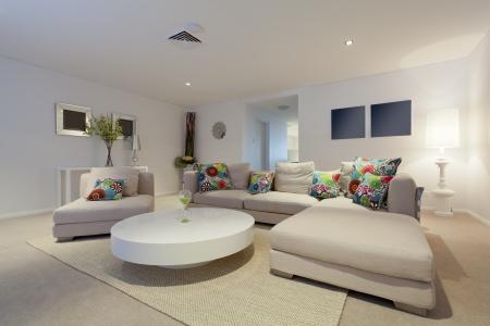 Moderne woonkamer met bank en ronde tafel in nieuwe Australische appartement Stockfoto